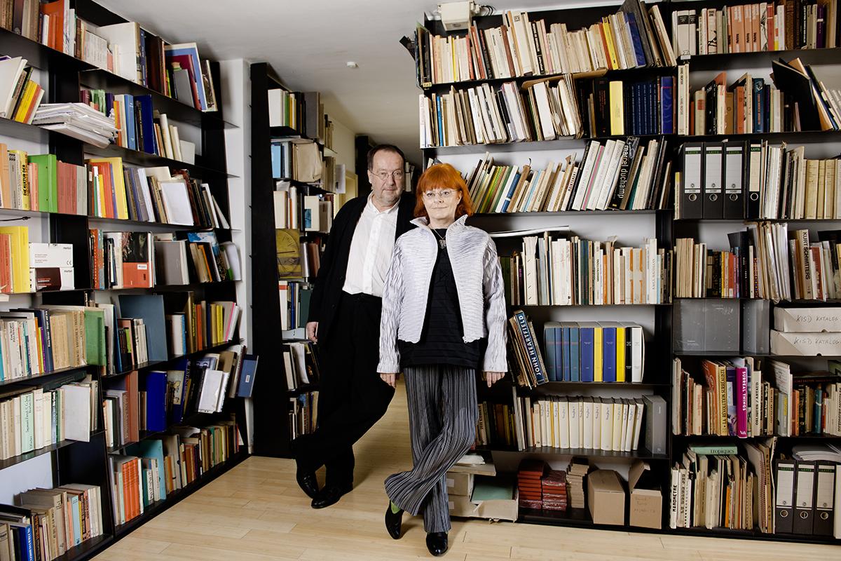 Uta Brandes und Michael Erlhoff vor Bücherregal